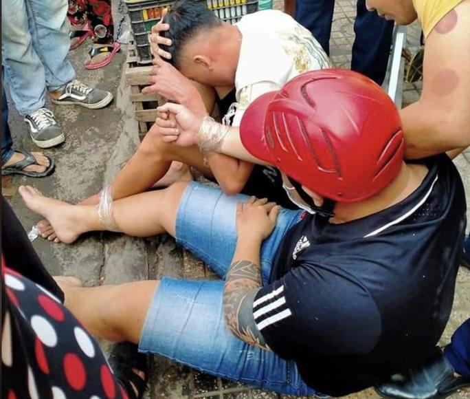 Canh phụ nữ để ra tay gây án, hai gã trai mới lớn bị bắt ở Hóc Môn - Ảnh 1.