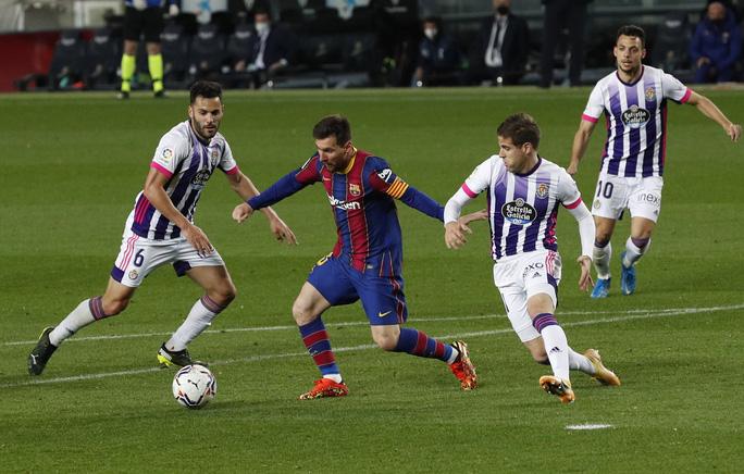 Messi lập kỷ lục, trọng tài nghi tiếp tay Barcelona hạ Valladolid - Ảnh 2.