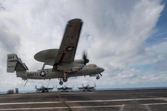 Cận cảnh tàu sân bay Mỹ USS Theodore Roosevelt tiến vào biển Đông - Ảnh 3.
