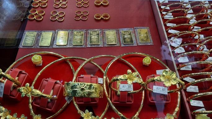 Giá vàng hôm nay 7-4: Bật tăng dù các quỹ đầu tư bán 217 tấn vàng sau hơn 3 tháng - Ảnh 1.