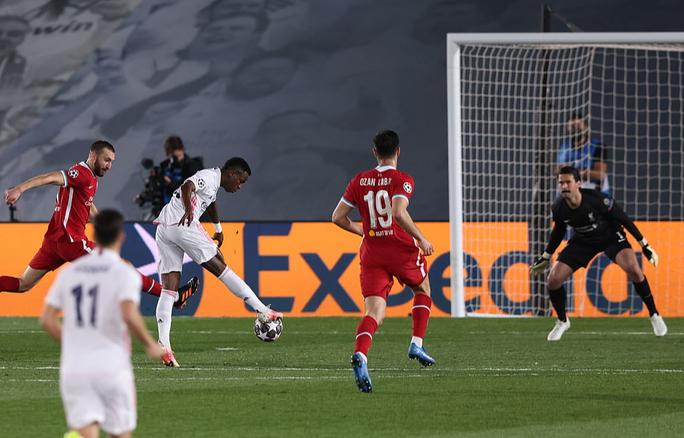 Thần đồng Vinicius lập cú đúp, tiễn chân Liverpool vòng tứ kết - Ảnh 2.