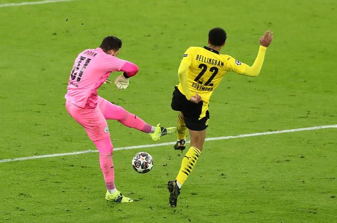Cộng đồng mạng sốc với trọng tài, Man City thoát hiểm trước Dortmund - Ảnh 2.