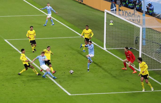Cộng đồng mạng sốc với trọng tài, Man City thoát hiểm trước Dortmund - Ảnh 3.