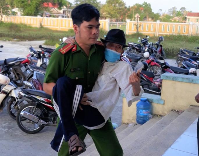 Cảm động hình ảnh cán bộ, chiến sĩ công an giúp dân làm căn cước công dân - Ảnh 1.
