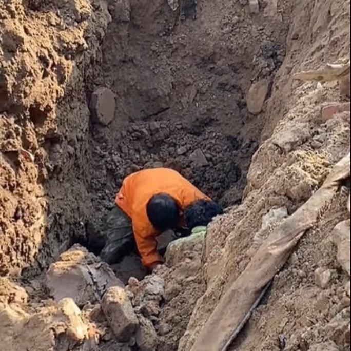 Thực hư vụ đào được người đàn ông dưới hố sâu 2 mét ở Hà Nội - Ảnh 1.