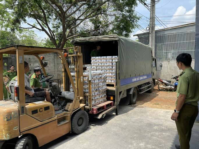 Kho hàng lậu giữa TP Long Khánh - Ảnh 3.