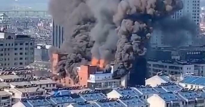 Cháy trung tâm thương mại Trung Quốc, 4 người thiệt mạng - Ảnh 1.