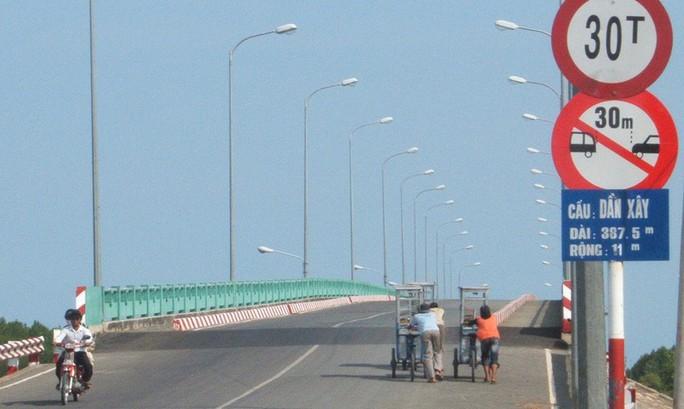 Vì sao 6 cây cầu ở Cần Giờ bị giảm tốc độ tối đa xuống còn 60km/h? - Ảnh 1.