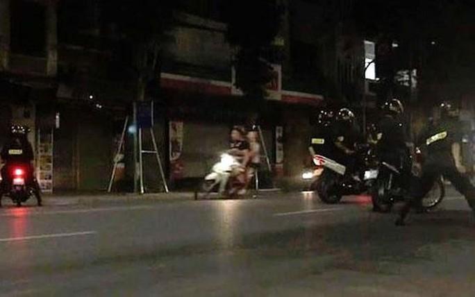 6 học sinh Hà Nội đua xe máy trong đêm - Ảnh 1.