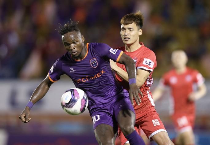 Tiến Linh lập hat-trick, B.Bình Dương và Nam Định tạo mưa bàn thắng ở sân Gò Đậu - Ảnh 3.
