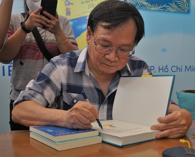 Nhà văn Nguyễn Nhật Ánh ký tặng sách, kỷ niệm 10 năm với Đảo mộng mơ - Ảnh 1.