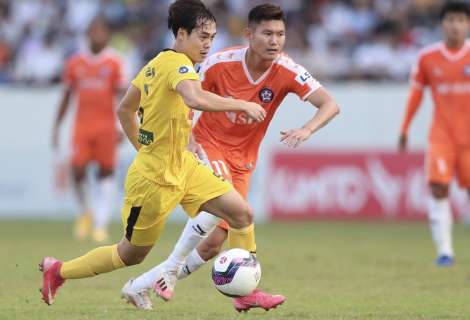 Công Phượng và Văn Toàn lập công, Hoàng Anh Gia Lai lấy lại ngôi đầu V-League 2021 - Ảnh 1.