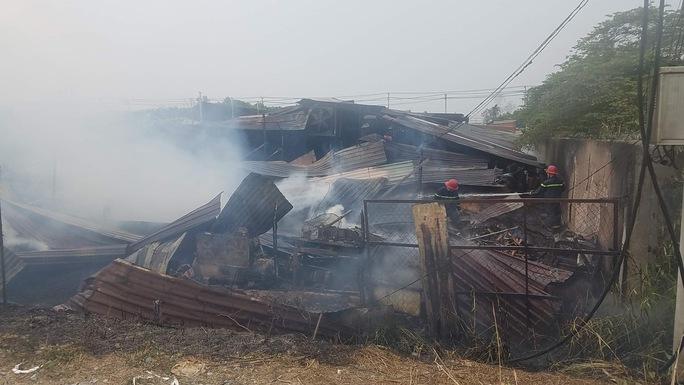Cháy lớn ở huyện Hóc Môn, TP HCM - Ảnh 4.