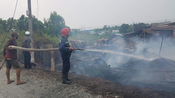 Cháy lớn ở huyện Hóc Môn, TP HCM - Ảnh 1.