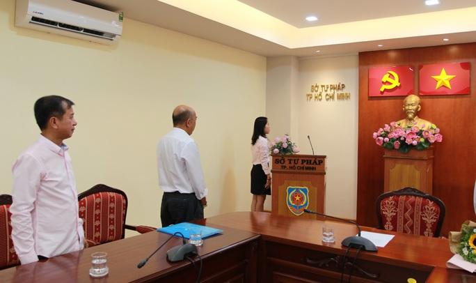 Trao quyết định nhập quốc tịch Việt Nam cho người nước ngoài - Ảnh 1.