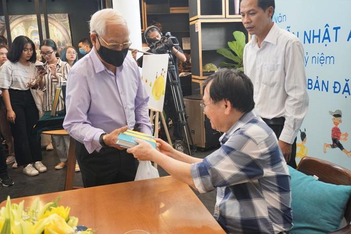 Nhà văn Nguyễn Nhật Ánh ký tặng sách, kỷ niệm 10 năm với Đảo mộng mơ - Ảnh 2.