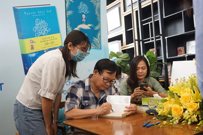 Nhà văn Nguyễn Nhật Ánh ký tặng sách, kỷ niệm 10 năm với Đảo mộng mơ - Ảnh 4.