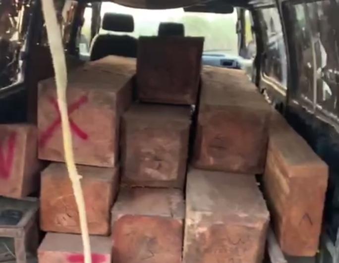 CSGT Khánh Hòa truy đuổi xe 16 chỗ độ chế, chở gỗ lậu vào rạng sáng - Ảnh 1.