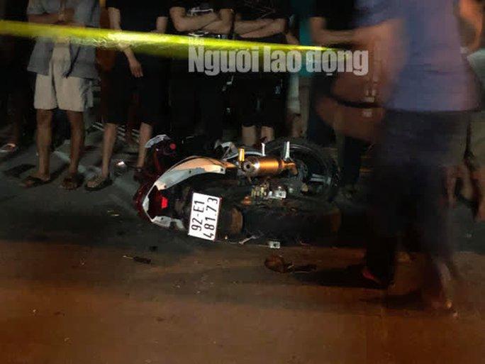 Quảng Nam: Ôtô điên lùa 4 xe máy, 2 người chết, 2 bị thương - Ảnh 1.