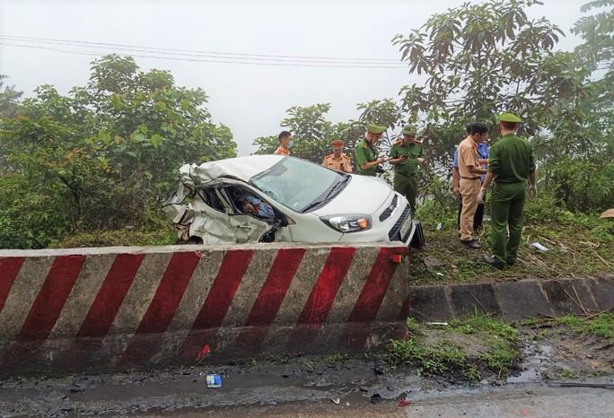 Xe khách tông xe 4 chỗ văng khỏi đường, 2 người tử vong tại chỗ - Ảnh 2.