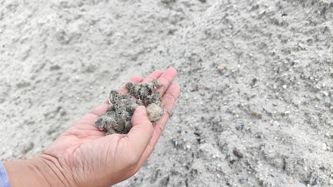 """Vụ trục lợi từ nạo vét âu thuyền: Hàng trăm khối cát """"lạ"""" xuất hiện ở dự án làm đường - Ảnh 2."""