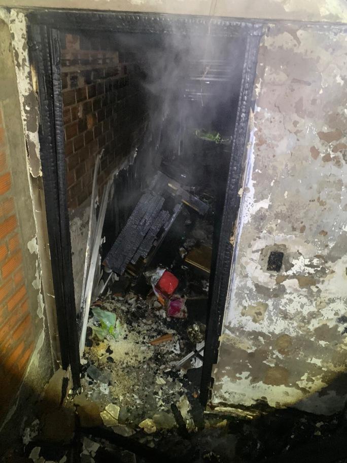 Cháy dữ dội lúc rạng sáng ở TP HCM - Ảnh 2.