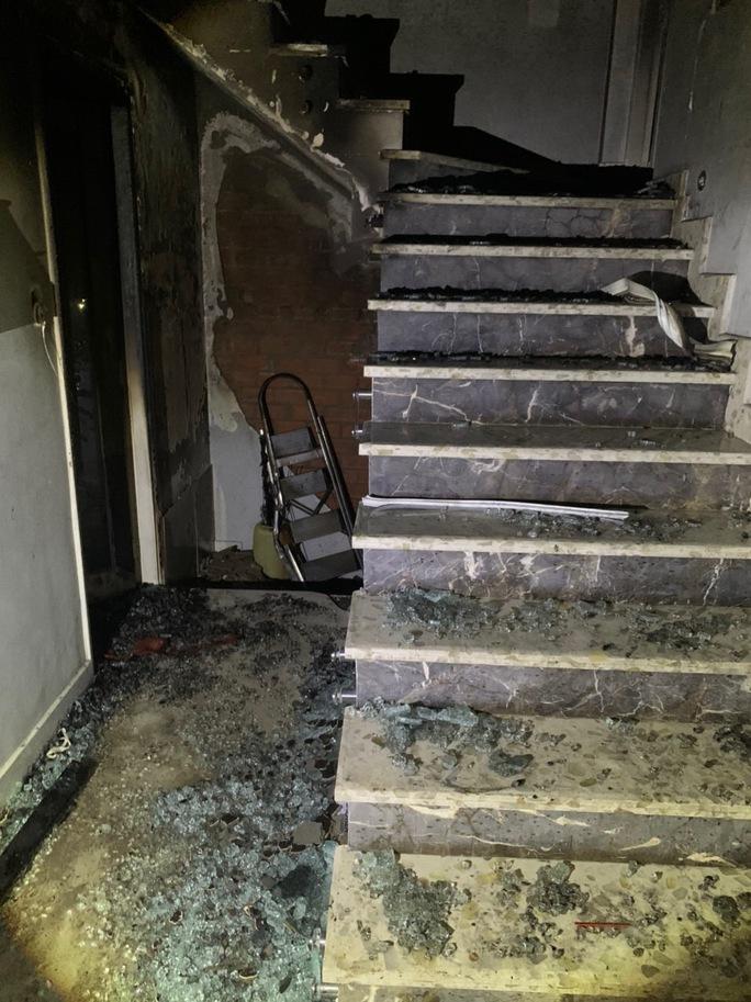 Cháy dữ dội lúc rạng sáng ở TP HCM - Ảnh 3.