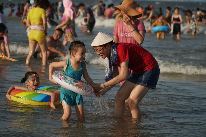 Bãi biển chật cứng người, Bà Rịa - Vũng Tàu hỏa tốc dừng nhiều dịch vụ - Ảnh 2.