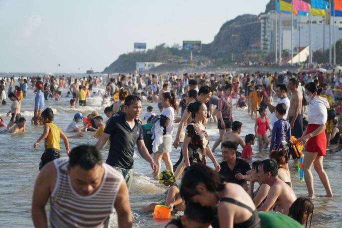 Bãi biển chật cứng người, Bà Rịa - Vũng Tàu hỏa tốc dừng nhiều dịch vụ - Ảnh 3.