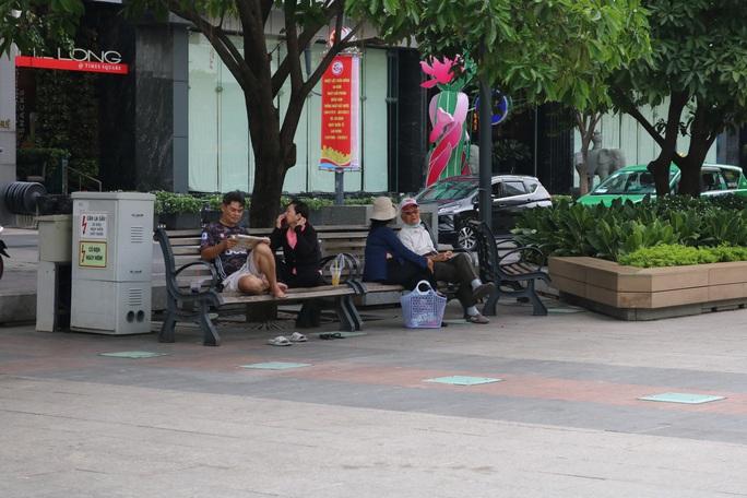 TP HCM: Nhiều người vẫn không đeo khẩu trang nơi công cộng - Ảnh 7.