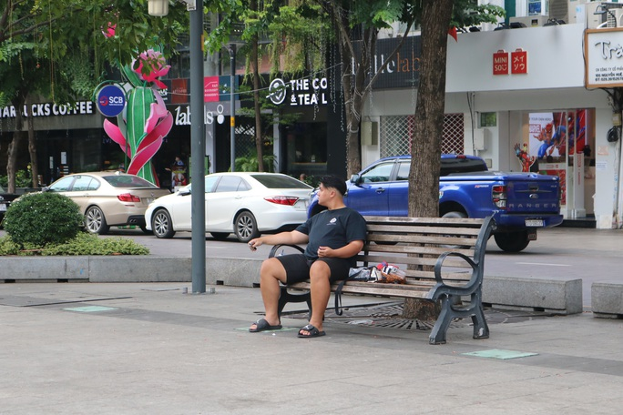 TP HCM: Nhiều người vẫn không đeo khẩu trang nơi công cộng - Ảnh 6.