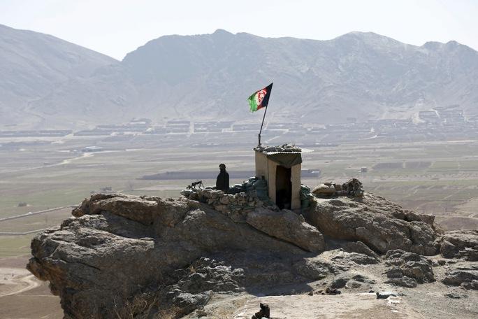 Afghanistan: Chuẩn bị thi đại học, nhiều học sinh thiệt mạng trong vụ nổ bom xe - Ảnh 1.