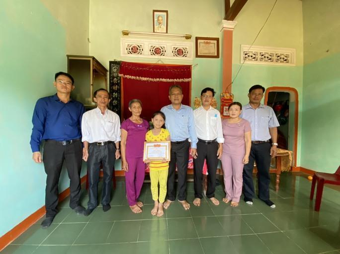 HS lớp 2 trả lại 20 triệu đồng: Chủ tịch huyện Tiên Phước tặng giấy khen - Ảnh 1.