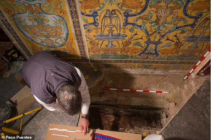 Sửa cung điện, phát hiện cô gái tóc vàng bị giấu dưới sàn 7 thế kỷ - Ảnh 1.