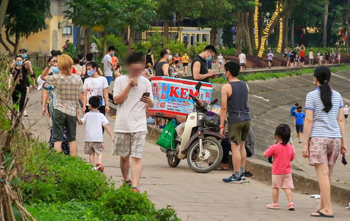 Cận cảnh hàng trăm người dân phớt lờ lệnh cấm vẫn ra công viên tập thể dục - Ảnh 2.