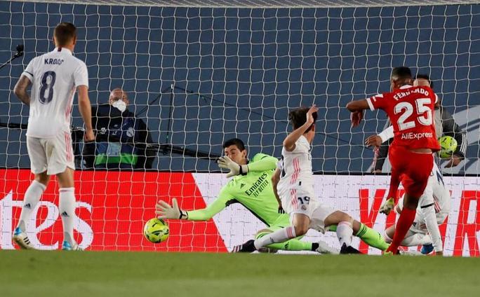 Mất điểm sân nhà, Real Madrid tố trọng tài phá hỏng cuộc đua vô địch - Ảnh 2.