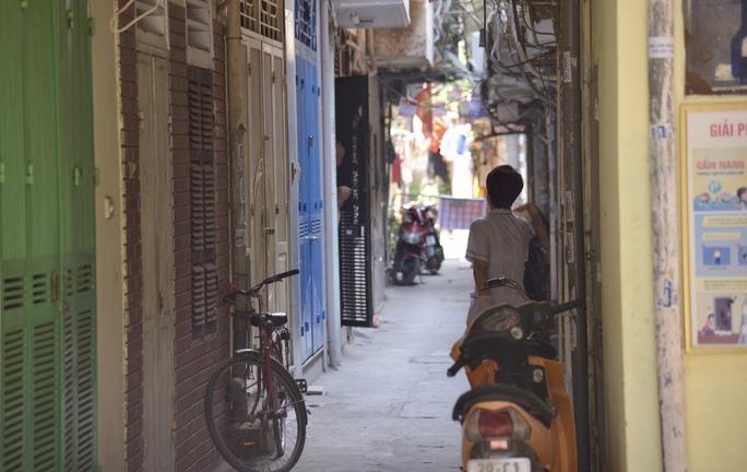 Phong tỏa 25 hộ dân ở Hà Nội nơi có bé trai 1 tuổi dương tính với SARS-CoV-2 - Ảnh 2.
