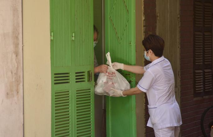 Phong tỏa 25 hộ dân ở Hà Nội nơi có bé trai 1 tuổi dương tính với SARS-CoV-2 - Ảnh 8.