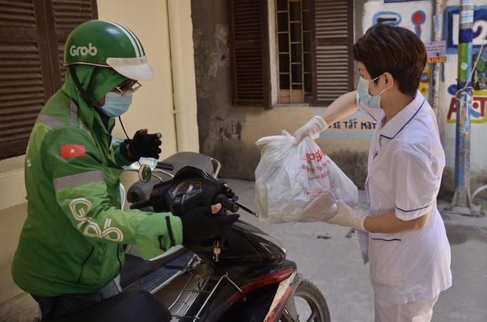 Phong tỏa 25 hộ dân ở Hà Nội nơi có bé trai 1 tuổi dương tính với SARS-CoV-2 - Ảnh 7.