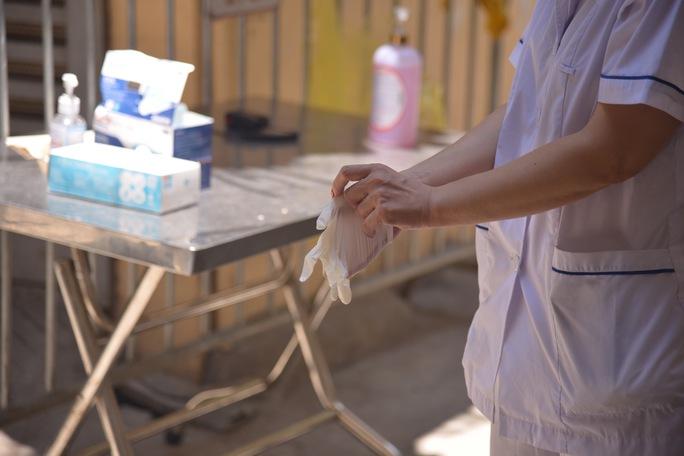 Phong tỏa 25 hộ dân ở Hà Nội nơi có bé trai 1 tuổi dương tính với SARS-CoV-2 - Ảnh 6.
