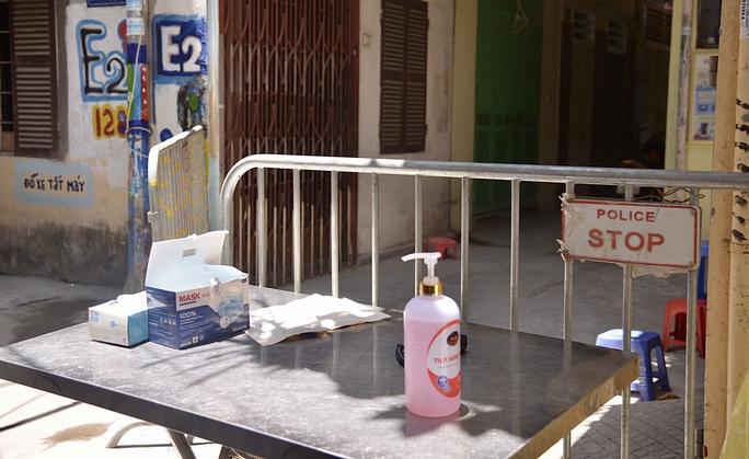 Phong tỏa 25 hộ dân ở Hà Nội nơi có bé trai 1 tuổi dương tính với SARS-CoV-2 - Ảnh 4.
