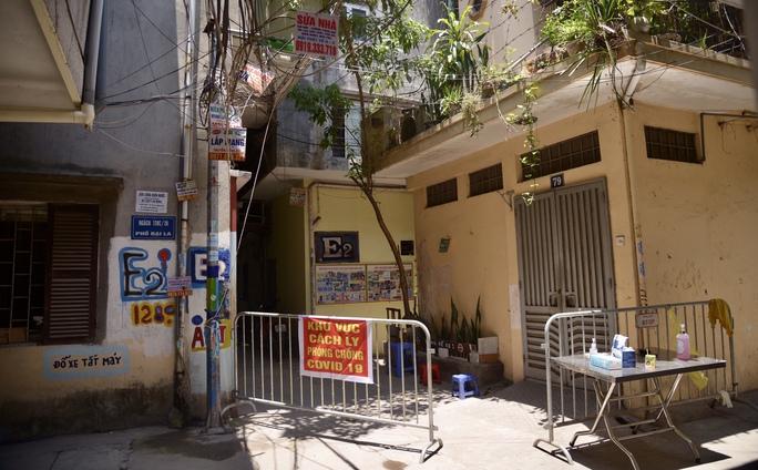 Phong tỏa 25 hộ dân ở Hà Nội nơi có bé trai 1 tuổi dương tính với SARS-CoV-2 - Ảnh 1.