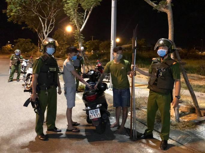 """Cảnh sát nổ súng bắt 2 thanh niên đem dao phóng lợn """"hưởng ứng"""" đồng bọn - Ảnh 1."""