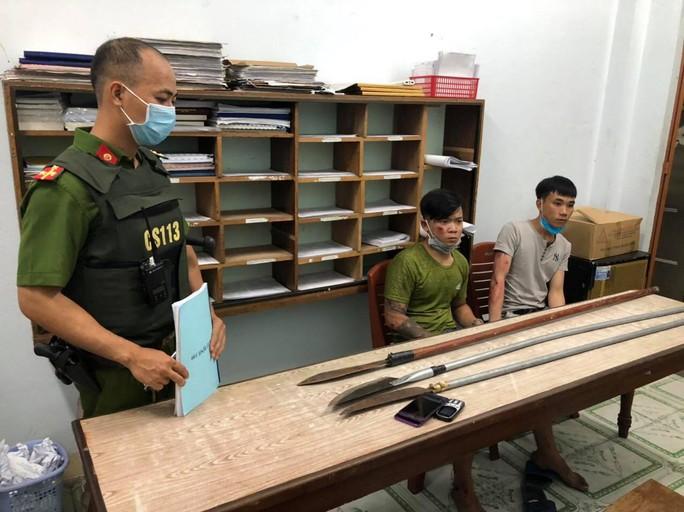 """Cảnh sát nổ súng bắt 2 thanh niên đem dao phóng lợn """"hưởng ứng"""" đồng bọn - Ảnh 2."""