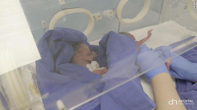 Cuộc chiến dài hơi của những em bé trong ca sinh 9 ở Morocco - Ảnh 1.