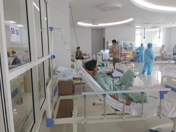Cận cảnh bên trong khu điều trị gần 400 bệnh nhân Covid-19 và trường hợp F1 - Ảnh 1.