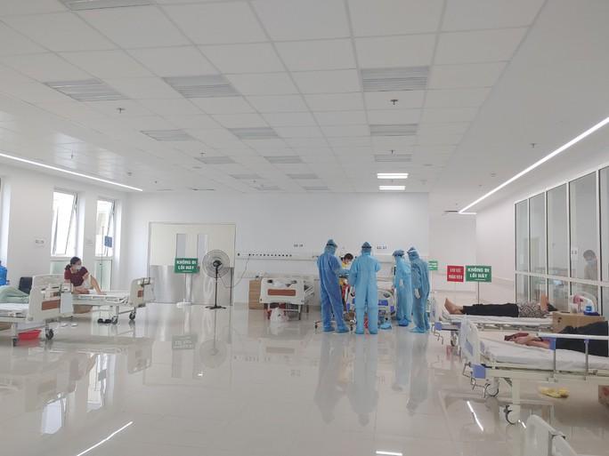 Cận cảnh bên trong khu điều trị gần 400 bệnh nhân Covid-19 và trường hợp F1 - Ảnh 9.