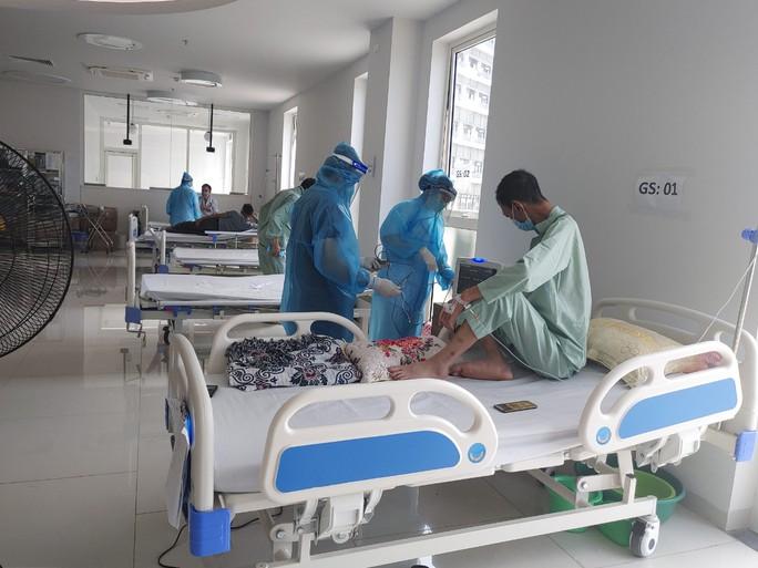 Cận cảnh bên trong khu điều trị gần 400 bệnh nhân Covid-19 và trường hợp F1 - Ảnh 10.