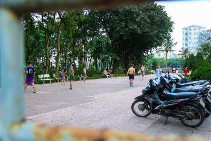 Cận cảnh hàng trăm người dân phớt lờ lệnh cấm vẫn ra công viên tập thể dục - Ảnh 14.