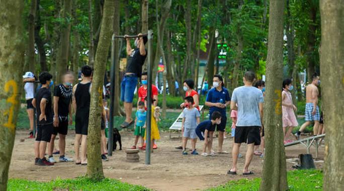 Cận cảnh hàng trăm người dân phớt lờ lệnh cấm vẫn ra công viên tập thể dục - Ảnh 11.